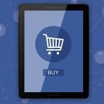 Los usuarios miran Facebook antes de comprar en una tienda